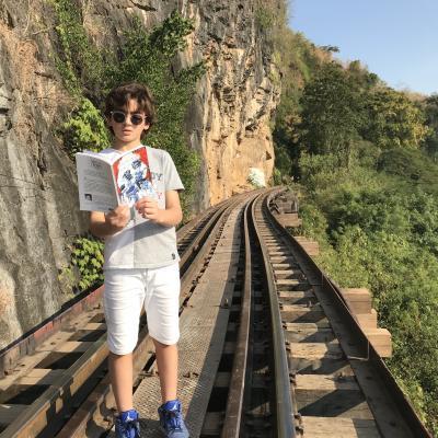 Lecture sur les rails du train de la mort - Kwaï river