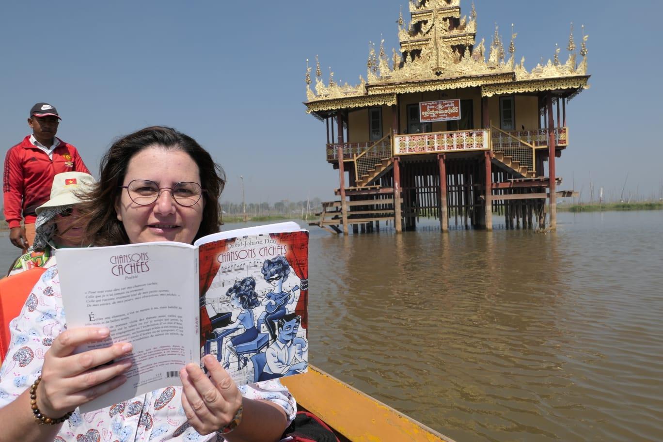 Lecture en pirogue en Birmanie...