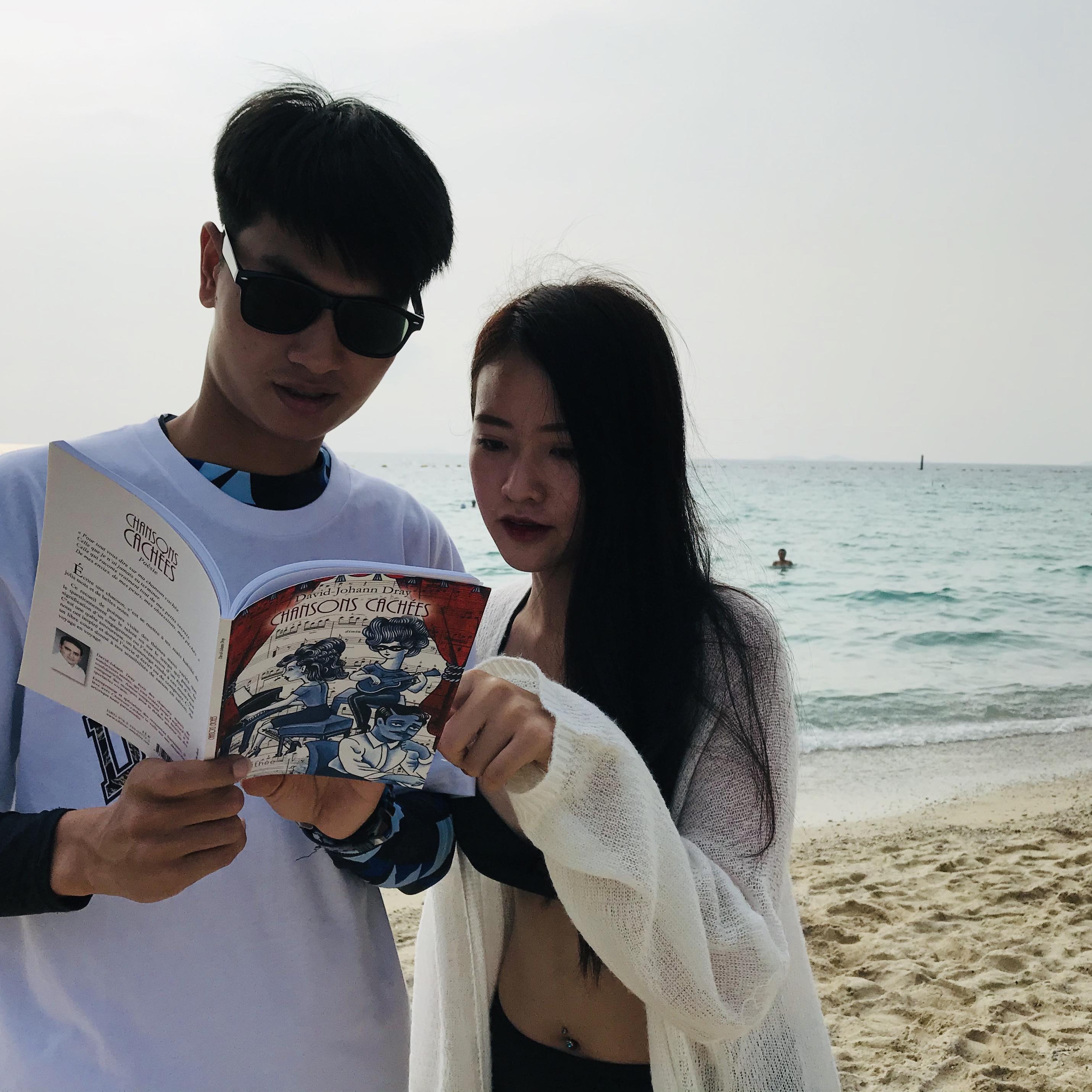 Lecture à deux sur une plage de Koh Larn