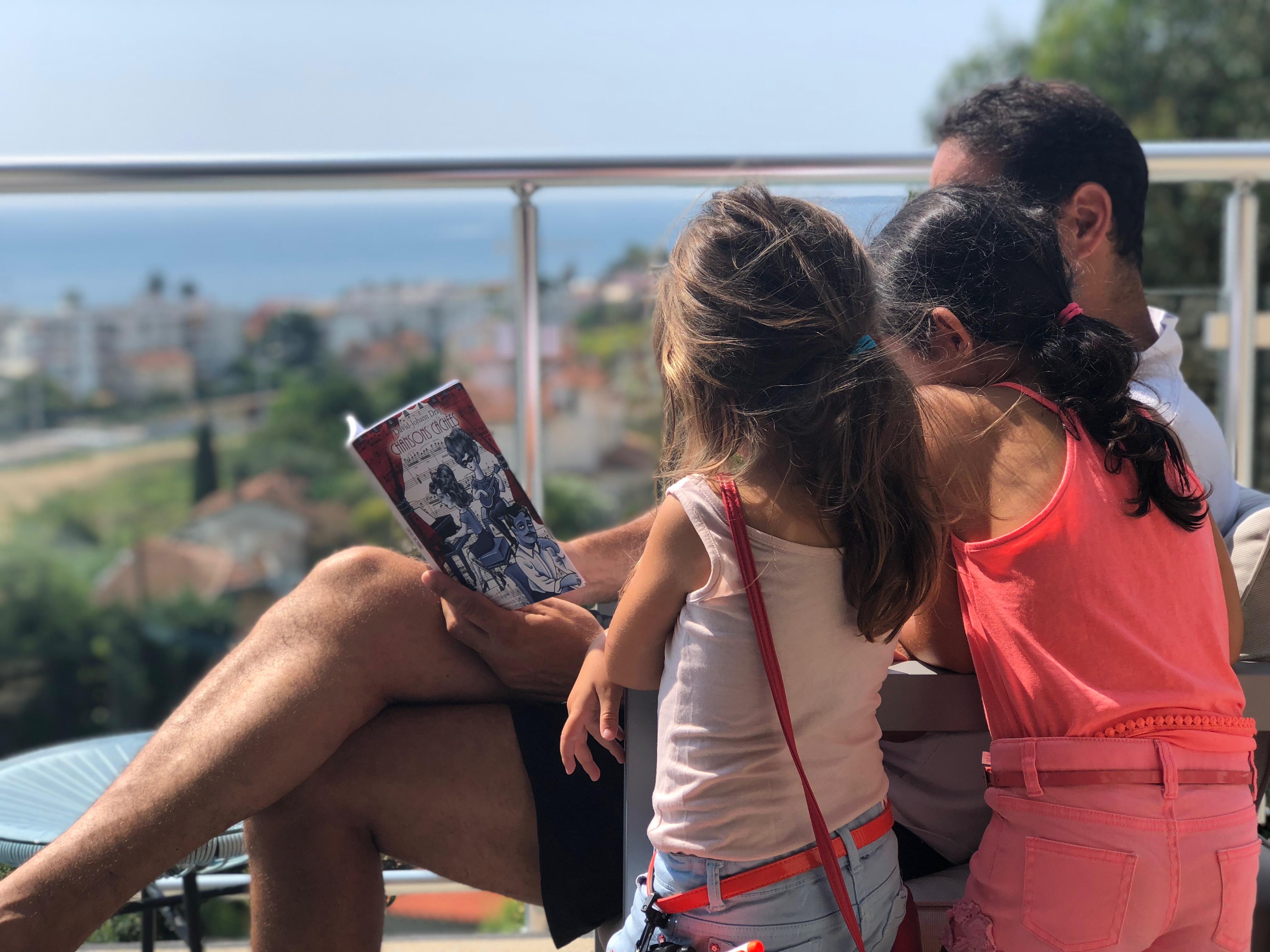 Quelque part sur la Côte d'Azur, un Papa lit de la poésie à ses filles ...
