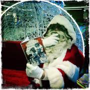 Le Père Noël en pleine lecture ...