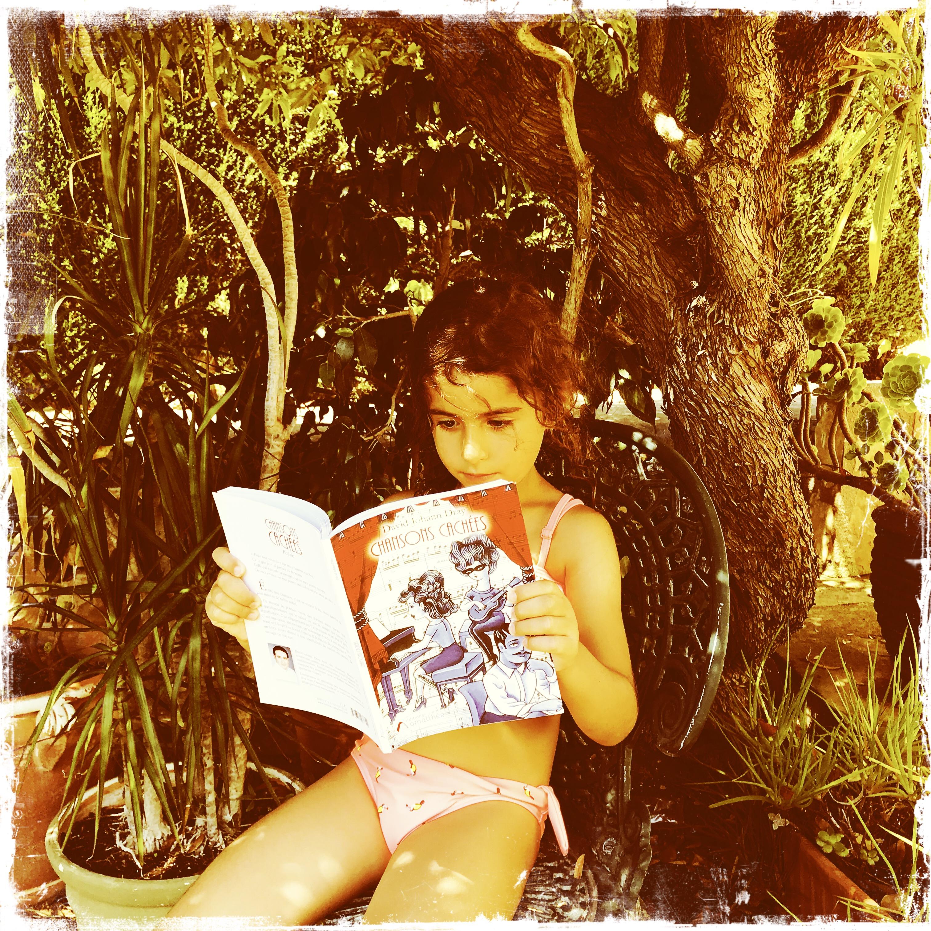 En Espagne une petite fille découvre les illustrations de